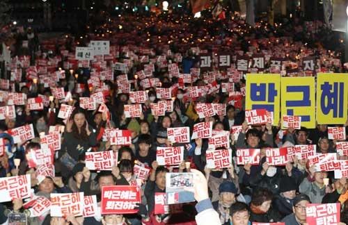 朴槿恵大統領の弾劾を求めて集まったソウル市民(写真:YONHAP NEWS/アフロ)