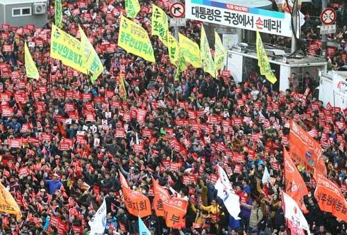 韓国史上初めて青瓦台にまで迫る集会(新華社/アフロ)