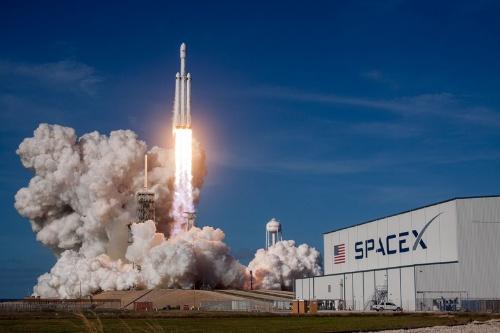 かつてスペースシャトルが打ち上げられた「39A」射点から上昇するファルコン・ヘビー(画像:SpaceX)