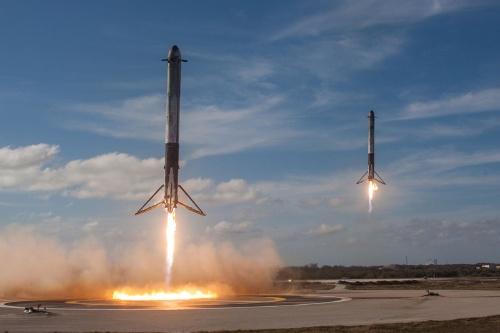 ケネディ宇宙センターの着陸場に2本同時着陸するファルコン・ヘビーのブースター。SF映画で観たような光景が現実のものとなった(画像:SpaceX)
