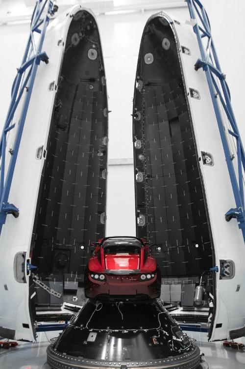 フェアリング内に搭載されたテスラ・ロードスター(画像:SpaceX)