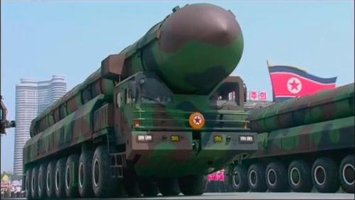 太陽節軍事パレードに登場した新型ICBMと運搬車両(朝鮮中央テレビよりキャプチャー)
