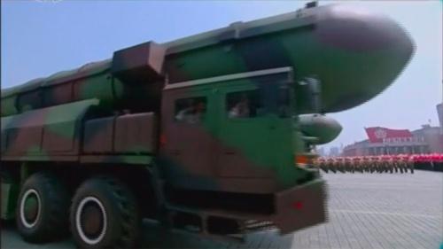 新型ICBMを収めたキャニスター頭部には、開口部の継ぎ目が見あたらない。モックアップと考えられる根拠のひとつである(朝鮮中央テレビよりキャプチャー)