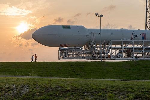 """ファルコン9は、横置き状態で完全に組み上げて、射点まで輸送した後に直立させる(画像:<a href=""""https://www.flickr.com/photos/spacex/17108097439/"""" target=""""_blank""""> SpaceX</a>)"""