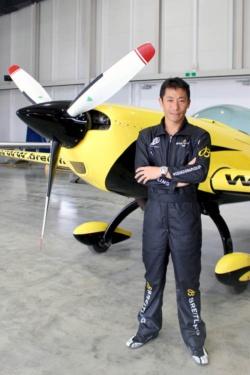 """<span class=""""fontBold"""">室屋義秀(むろや・よしひで)</span>:<br />1973年生まれ。中央大学入学と共に航空部に入部。エアロバティックのパイロットとなって世界曲技飛行選手権の日本代表などを経験。2003年にはNPO法人ふくしま飛行協会の設立に参画。2009年と10年にレッドブル・エアレースに参戦。同レースの一時中断を経て、2014年のレース再開から2018年までは連続参戦し、2017年には世界チャンピオンのタイトルを獲得。"""
