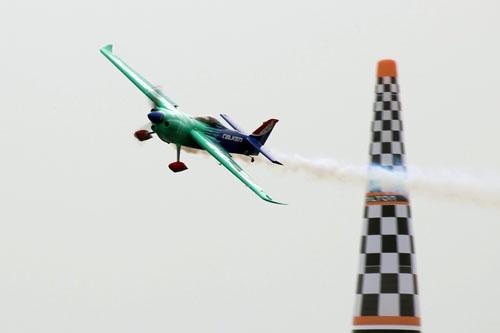 今年の5月、レッドブル・エアレース千葉で飛ぶ室屋機。
