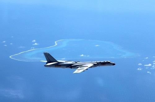 南シナ海上空を監視飛行する中国の爆撃機H-6K(写真:新華社/アフロ)