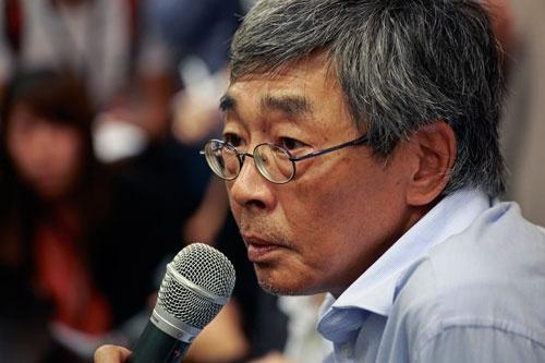 中国当局に拘束されていた香港銅鑼湾書店の店長・林栄基が香港に戻り、会見を行った(写真:AP/アフロ)
