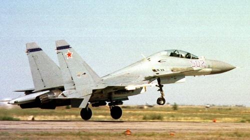 中国軍仕様のスホイ30。2000年撮影(写真=ロイター/アフロ)