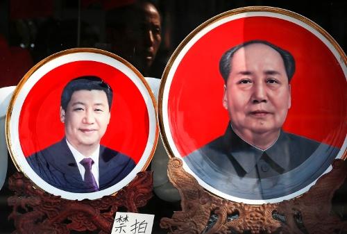 北京の天安門広場近くで販売されていた土産用のプレート(写真:AP/アフロ、2017年10月撮影)