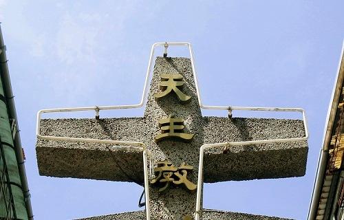 「カトリック教」を意味する「天主教」の十字架。台北で2018年9月23日撮影(写真:AP/アフロ)