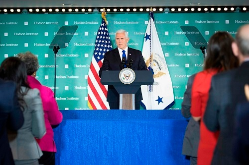 対中国施策について講演するペンス米副大統領。2018年10月4日撮影(写真:AFP/アフロ)
