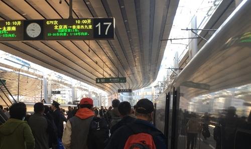 乗降客で混雑する高速鉄道「広深港高速鉄道」のホーム