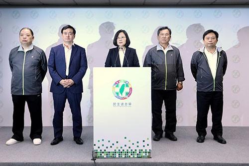 台湾統一地方選挙で与党・民進党が大敗、蔡英文総統は党首を辞任した。11月24日撮影(写真:ロイター/アフロ)