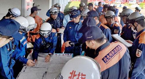 各自治体から熊本に集結した緊急消防援助隊。熊本地震に出動した同隊はおよそ20都府県の500隊以上、2000名余を数えた。(写真提供・北九州市消防局)