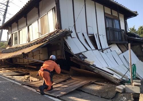 倒壊した家屋内に被災者がいないかを一軒一軒確かめた(写真提供・北九州市消防局)