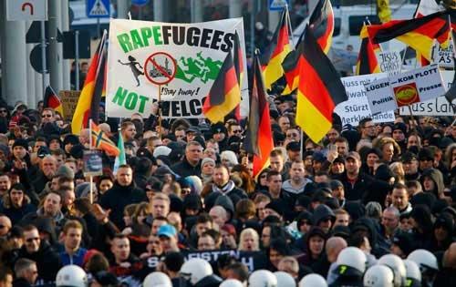 ケルンで起きた集団暴力事件を契機にドイツで盛り上がる難民受け入れ反対デモ(写真:ロイター/アフロ)