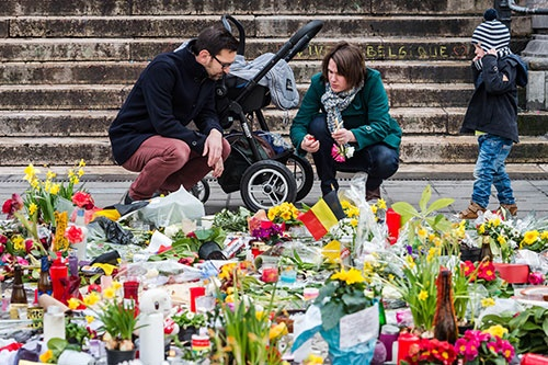 被害者を悼むブリュッセルの市民(写真:AP/アフロ)