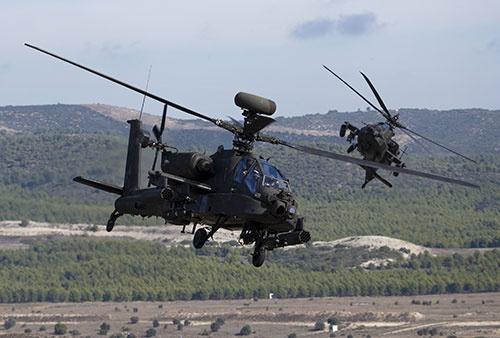 NATOの演習に参加するヘリコプター「アパッチ」(写真:ロイター/アフロ)
