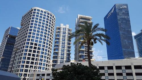 テルアビブ郊外のラマト・ガンでは高層ビルが次々に建設されている(筆者撮影)