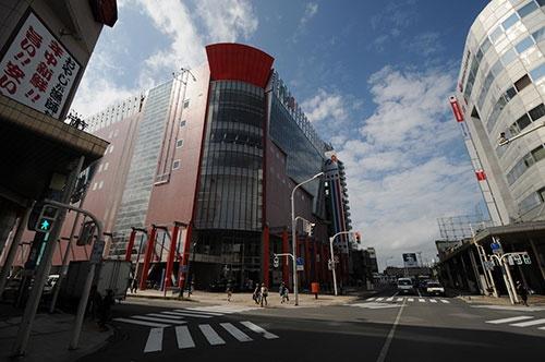 JR青森駅前の商業ビル「アウガ」。経営難が続き打つ手がない状態