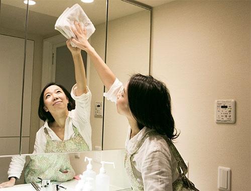 掃除を外注する女性は増えている(写真は、家事代行サービスのタスカジのハウスキーパー、以下同じ)