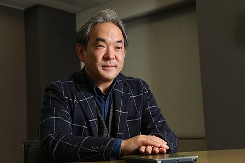 日本マクドナルド上席執行役員でマーケティング本部長を務める足立光氏。一橋大学商学部卒業後に、P&Gジャパン、ブーズ・アレン・ハミルトン、ローランドベルガーを経て、ドイツのヘンケルグループに属するシュワルツコフヘンケルで社長を務める。2007年よりヘンケルジャパン取締役 シュワルツコフ プロフェッショナル事業本部長を兼務し、2011年からはヘンケルのコスメティック事業の北東・東南アジア全体を統括。その後、ワールド執行役員国際本部本部長を経て、2015年10月より現職(写真:陶山勉)