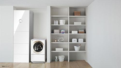 見た目は冷蔵庫のような洗濯物自動折り畳み機(画面左端)