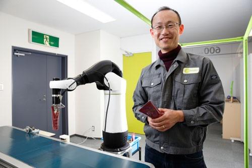 ライフロボティクスの尹祐根CEOはロボットが同僚になれるために肘を開発中。人が当たってもけがをしない(写真:村田和聡)