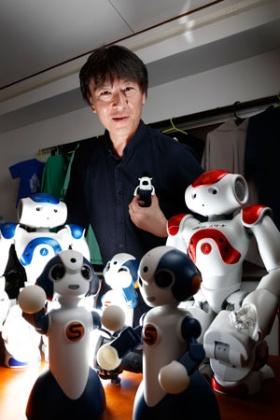 ロボットスタートの中橋義博社長は胸ポケットにロボットが収まり、店員を支援するとみる(写真:村田和聡)