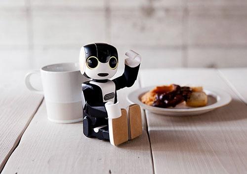 シャープが発売するロボット型の携帯電話「RoBoHoN(ロボホン)」。本体価格は、ソフトバンクの人型ロボット「ペッパー」と同じ19万8000円。あと10万円安ければ…。