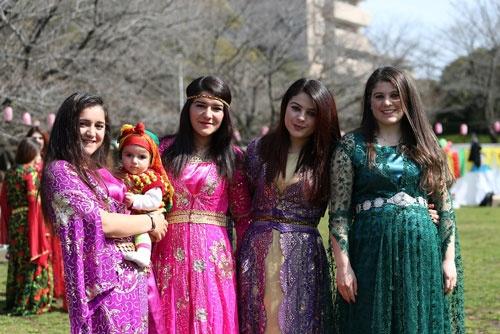 クルド人の新年祭「ネウロズ」の様子(写真:陶山 勉、第4・第7以外)