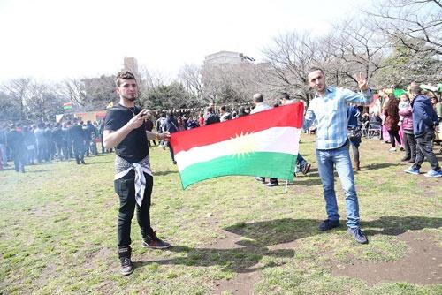 民族の旗を掲げる若者