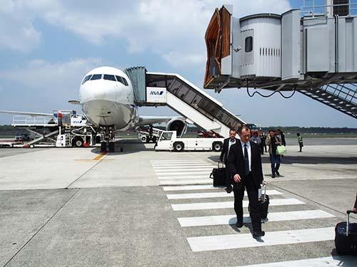 熊本空港へはタラップで降り立つ