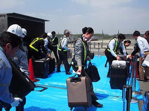 空港が十分に機能していないため、ターミナルの外で荷物を受け取る