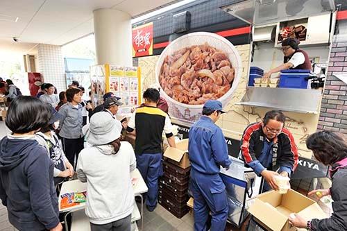 すき家は被災地にキッチンカーを派遣し、炊き出しを行っていた (写真=浦川祐史)