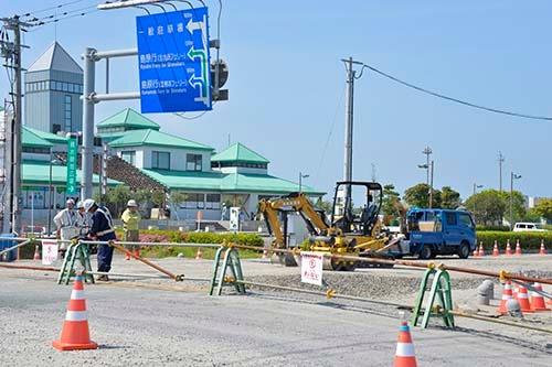 島原市へ向かうフェリー乗り場近く。熊本港の前では道路修復が急ピッチで行われていた (写真=浦川祐史)