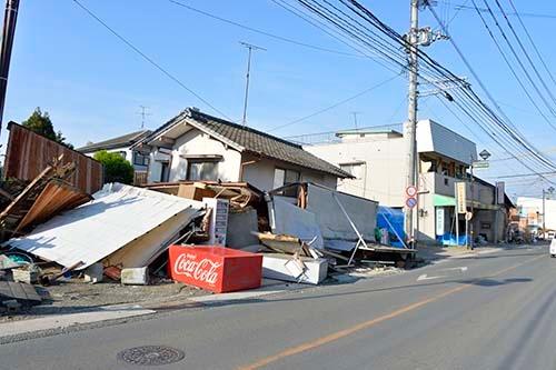 益城町の倒壊した商店 (写真=浦川祐史)