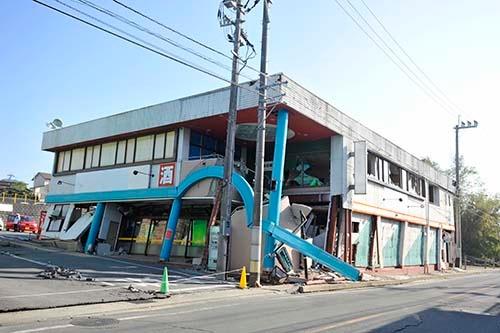 店舗全体が傾いている。最も地震被害の大きかった益城町では多くの商店に「立入禁止」の紙が貼られていた (写真=浦川祐史)