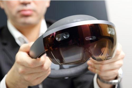 マイクロソフトが開発中の「Microsoft HoloLens」。表面に複数のデジタルカメラが内蔵されていて、装着者が仮想空間のどの位置にいて、手がどのように動いているかも把握している(写真:北山 宏一)