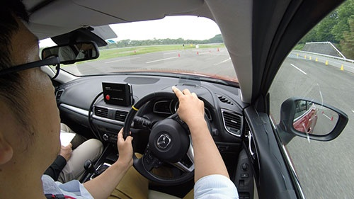 試乗会に参加する記者。GVCは「運転がうまくなった気になる」技術だ。