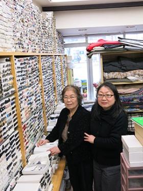 店主の加藤幸恵社長(左)と娘の三角恵さん。30年分の在庫と技術力を武器に顧客を囲い込む