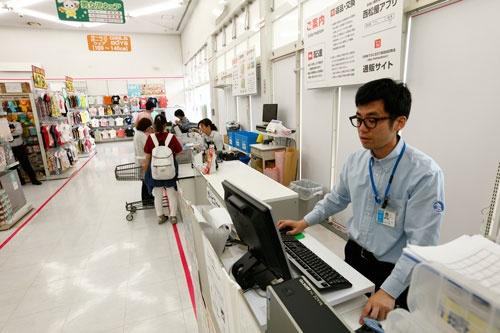 名倉拓郎店長(右端)は35歳。埼玉と千葉にある計5店舗を1人で管理している。店長はレジ打ちはせず、書類作成や売り場状況の確認に集中する