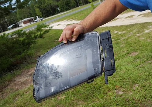 自動運転による世界初めての事故が起きたテスラ車の一部とみられる部品(7月1日、米フロリダ州(写真:ロイター/アフロ)