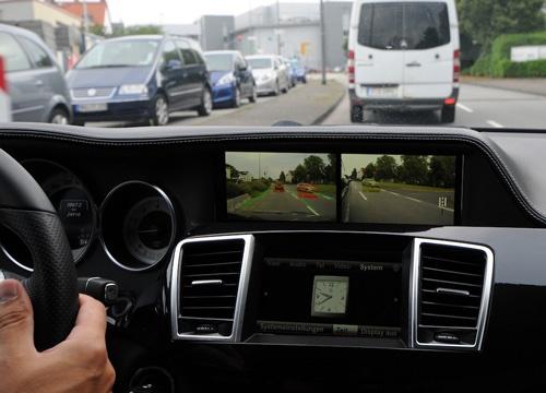 運転中のモニターの様子。距離が近いクルマは赤色で示される。白線を認識していることも分かる