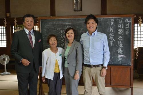 サカワの坂和寿忠常務(写真右端)は、壽々子社長(同左から2番目)と、勝紀副社長(同左端)の危機意識を社内に広げる立役者となった。
