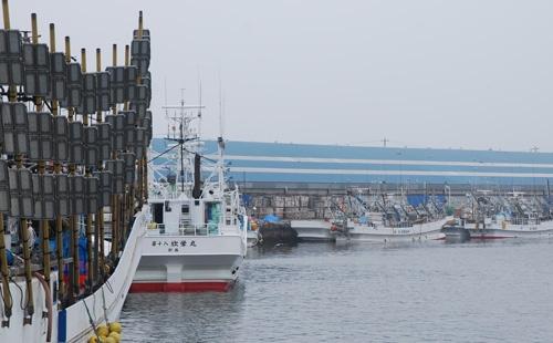 釧路港に並ぶ棒受け網船。棒についたライトでサンマを集める。