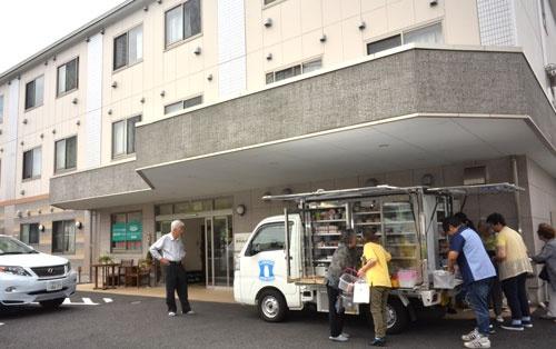 高齢者住宅に停まるローソンの移動販売車。館内放送をオープンの合図に、入居者の高齢者らが続々表に出てくる(8月上旬、神奈川県川崎市、以下ローソン関連の写真はすべて同じ)