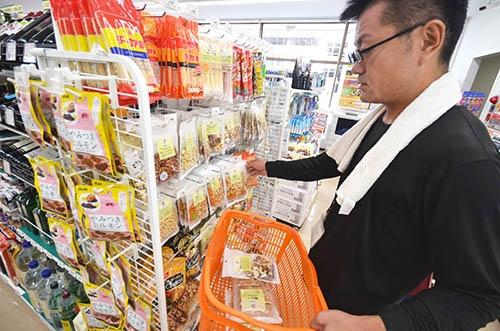 セブンイレブン熱海中央町店の場合は、お店の棚からその日持っていく商品をピックアップする。