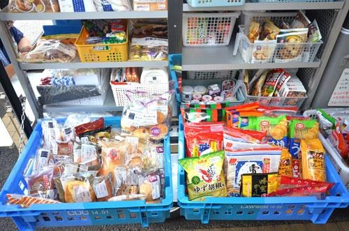 移動販売用に持ち出す商品は300〜400種類。店舗の約10分の1という品ぞろえだ。冷凍、冷蔵、常温と全て専用ケースを備えている。